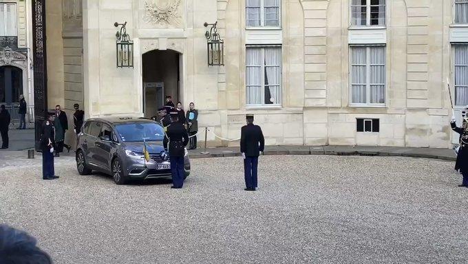 президент Украины Владимир Зеленский. Он не нашел достойного автомобиля отечественного производства, поэтому отдал предпочтение Renault Espace